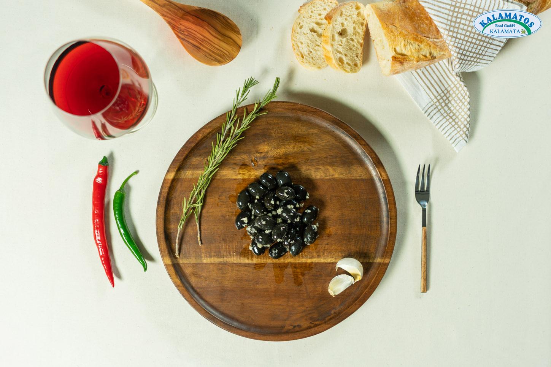 Schwarze Oliven ohne Kern mit Knoblauch
