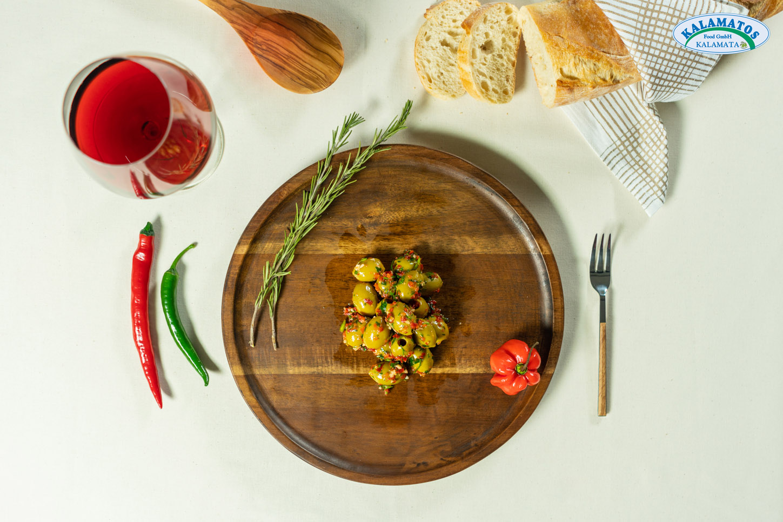 Grüne Oliven ohne Kern in scharfer Sauce